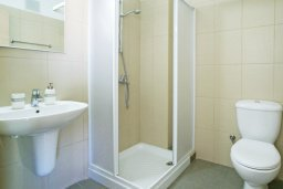 Ванная комната. Кипр, Фиг Три Бэй Протарас : Очаровательная студия расположена в комплексе с бассейном, спа-центром, теннисным кортом, недалеко от пляжа Fig Tree Bay