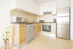 Кухня. Кипр, Фиг Три Бэй Протарас : Апартамент с гостиной, отдельной спальней и балконом, расположен в комплексе с бассейном и теннисным кортом