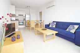 Гостиная. Кипр, Фиг Три Бэй Протарас : Апартамент с гостиной, отдельной спальней и балконом, расположен в комплексе с бассейном и теннисным кортом
