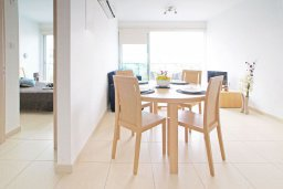Обеденная зона. Кипр, Фиг Три Бэй Протарас : Апартамент с гостиной, отдельной спальней и балконом, расположен в комплексе с бассейном и теннисным кортом