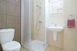 Ванная комната. Кипр, Фиг Три Бэй Протарас : Апартамент с гостиной, отдельной спальней и балконом, расположен в комплексе с бассейном и теннисным кортом