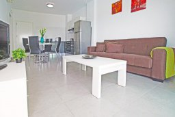 Гостиная. Кипр, Фиг Три Бэй Протарас : Роскошный апартамент с панорамным видом на Средиземное море, с отдельной спальней, уютной гостиной, расположен в комплексе с бассейном, спа-центром и тренажерным залом