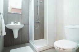Ванная комната. Кипр, Фиг Три Бэй Протарас : Роскошный апартамент с панорамным видом на Средиземное море, с отдельной спальней, уютной гостиной, расположен в комплексе с бассейном, спа-центром и тренажерным залом