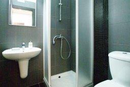 Ванная комната. Кипр, Фиг Три Бэй Протарас : Современный апартамент в 100 метрах от пляжа, с отдельной спальней и балконом с видом на море, расположен в комплексе с бассейном и спа-центром