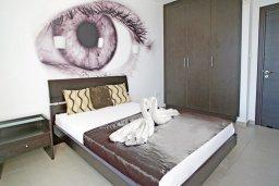 Спальня. Кипр, Фиг Три Бэй Протарас : Современный апартамент в 100 метрах от пляжа, с отдельной спальней и балконом с видом на море, расположен в комплексе с бассейном и спа-центром