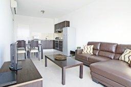 Гостиная. Кипр, Фиг Три Бэй Протарас : Современный апартамент в 100 метрах от пляжа, с отдельной спальней и балконом с видом на море, расположен в комплексе с бассейном и спа-центром