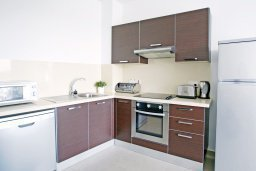 Кухня. Кипр, Фиг Три Бэй Протарас : Современный апартамент в 100 метрах от пляжа, с отдельной спальней и балконом с видом на море, расположен в комплексе с бассейном и спа-центром