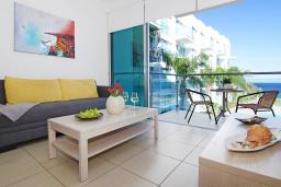 Гостиная. Кипр, Фиг Три Бэй Протарас : Уютный современный апартамент в 100 метрах от пляжа, с отдельной спальней и балконом с видом на море, расположен в комплексе с бассейном, спа-центром и тренажерным залом