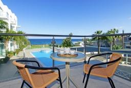 Балкон. Кипр, Фиг Три Бэй Протарас : Уютный современный апартамент в 100 метрах от пляжа, с отдельной спальней и балконом с видом на море, расположен в комплексе с бассейном, спа-центром и тренажерным залом