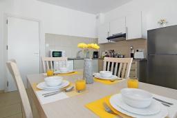 Обеденная зона. Кипр, Фиг Три Бэй Протарас : Уютный современный апартамент в 100 метрах от пляжа, с отдельной спальней и балконом с видом на море, расположен в комплексе с бассейном, спа-центром и тренажерным залом