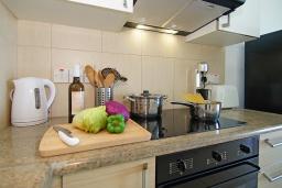 Кухня. Кипр, Фиг Три Бэй Протарас : Уютный современный апартамент в 100 метрах от пляжа, с отдельной спальней и балконом с видом на море, расположен в комплексе с бассейном, спа-центром и тренажерным залом