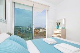 Спальня. Кипр, Фиг Три Бэй Протарас : Современный апартамент с двумя спальнями, двумя ванными комнатами и балконом, расположен в комплексе с бассейном, тренажерным залом и теннисным кортом
