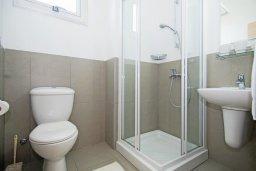 Ванная комната. Кипр, Фиг Три Бэй Протарас : Современный апартамент с двумя спальнями, двумя ванными комнатами и балконом, расположен в комплексе с бассейном, тренажерным залом и теннисным кортом