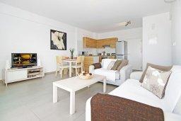 Гостиная. Кипр, Фиг Три Бэй Протарас : Современный апартамент с двумя спальнями, двумя ванными комнатами и балконом, расположен в комплексе с бассейном, тренажерным залом и теннисным кортом