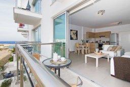 Балкон. Кипр, Фиг Три Бэй Протарас : Современный апартамент с двумя спальнями, двумя ванными комнатами и балконом, расположен в комплексе с бассейном, тренажерным залом и теннисным кортом