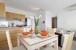 Обеденная зона. Кипр, Фиг Три Бэй Протарас : Современный апартамент с двумя спальнями, двумя ванными комнатами и балконом, расположен в комплексе с бассейном, тренажерным залом и теннисным кортом
