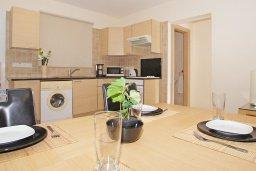Обеденная зона. Кипр, Нисси Бич : Апартамент с гостиной, отдельной спальней и террасой