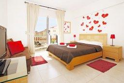 Спальня. Кипр, Нисси Бич : Апартамент с гостиной, отдельной спальней и террасой