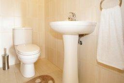 Туалет. Кипр, Нисси Бич : Апартамент с гостиной, отдельной спальней и террасой