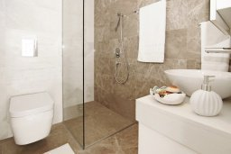 Ванная комната. Кипр, Каво Марис Протарас : Шикарный апартамент в 100 метрах от пляжа, с двумя спальнями и балконом с шикарным видом на море