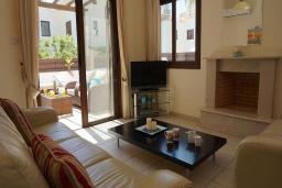 Гостиная. Кипр, Ионион - Айя Текла : Роскошная вилла с видом на море, с 3-мя спальнями, с бассейном, тенистой террасой с патио и традиционной печью