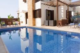 Бассейн. Кипр, Ионион - Айя Текла : Роскошная вилла с видом на море, с 3-мя спальнями, с бассейном, тенистой террасой с патио и традиционной печью