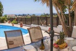 Обеденная зона. Кипр, Пейя : Комфортабельная вилла с панорамным видом на море и на горы, с 3-мя спальнями, с бассейном и барбекю