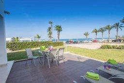 Терраса. Кипр, Санрайз Протарас : Современная вилла в 50 метрах от пляжа, с 3-мя спальнями, солнечной террасой с патио и барбекю, расположена у песчаного пляжа Sunrise