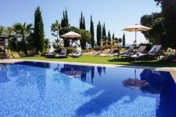 Парковка. Кипр, Ионион - Айя Текла : Роскошная вилла на побережье с 5-ю спальнями, с бассейном, красивым зелёным садом и панорамным видом на Средиземное море