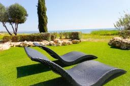 Зона отдыха у бассейна. Кипр, Ионион - Айя Текла : Роскошная вилла на побережье с 5-ю спальнями, с бассейном, красивым зелёным садом и панорамным видом на Средиземное море