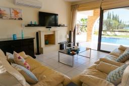 Гостиная. Кипр, Ионион - Айя Текла : Роскошная вилла на побережье с 5-ю спальнями, с бассейном, красивым зелёным садом и панорамным видом на Средиземное море