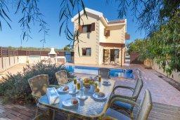 Обеденная зона. Кипр, Нисси Бич : Прекрасная вилла с 3-мя спальнями, с бассейном, солнечной террасой и барбекю