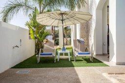 Зона отдыха у бассейна. Кипр, Санрайз Протарас : Прекрасная вилла с 3-мя спальнями, с бассейном и солнечной террасой на крыше, расположена недалеко от пляжа Flamingo Bay