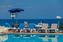 Зона отдыха у бассейна. Кипр, Фиг Три Бэй Протарас : Уютный апартамент с 3-мя спальнями и шикарным видом на море, в комплексе с общим бассейном
