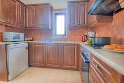 Кухня. Кипр, Коннос Бэй : Потрясающая вилла с 4-мя спальнями, с бассейном, уличным джакузи, прекрасным зелёным двориком и уютной lounge-зоной