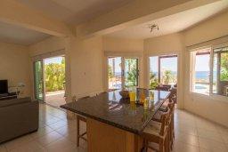Обеденная зона. Кипр, Коннос Бэй : Роскошная вилла с панорамным видом на море, с 4-мя спальнями, с бассейном, большим патио и бильярдом