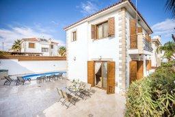 Фасад дома. Кипр, Каппарис : Уютная вилла с 3-мя спальнями, с бассейном и тенистой меблированной террасой с барбекю