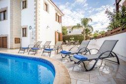 Зона отдыха у бассейна. Кипр, Каппарис : Уютная вилла с 3-мя спальнями, с бассейном и тенистой меблированной террасой с барбекю