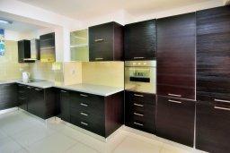 Кухня. Кипр, Корал Бэй : Шикарная вилла с 4-мя спальнями, с бассейном и солнечной террасой с патио и барбекю, расположена всего в 30 метрах от пляжа Coral Bay
