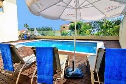 Зона отдыха у бассейна. Кипр, Корал Бэй : Шикарная вилла с 4-мя спальнями, с бассейном и солнечной террасой с патио и барбекю, расположена всего в 30 метрах от пляжа Coral Bay