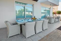 Терраса. Кипр, Фиг Три Бэй Протарас : Шикарная вилла в 100 метрах от пляжа, с 4-мя спальнями, с бассейном и барбекю, расположена в нескольких минутах ходьбы от центра Протараса