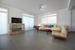 Гостиная. Кипр, Фиг Три Бэй Протарас : Шикарная вилла в 100 метрах от пляжа, с 4-мя спальнями, с бассейном и барбекю, расположена в нескольких минутах ходьбы от центра Протараса