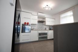 Кухня. Кипр, Фиг Три Бэй Протарас : Шикарная вилла в 100 метрах от пляжа, с 4-мя спальнями, с бассейном и барбекю, расположена в нескольких минутах ходьбы от центра Протараса