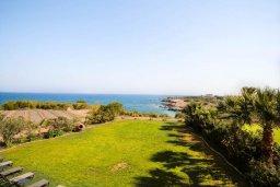 Вид на море. Кипр, Каппарис : Роскошная вилла с на берегу моря, с 4-мя спальнями, с бассейном и просторным зелёным садом с барбекю