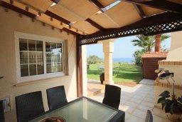 Терраса. Кипр, Каппарис : Роскошная вилла с на берегу моря, с 4-мя спальнями, с бассейном и просторным зелёным садом с барбекю