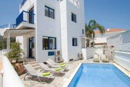 Фасад дома. Кипр, Пернера : Шикарная вилла в 50 метрах от пляжа, с 5-ю спальнями, с бассейном, lounge-зоной и солнечной террасой на крыше