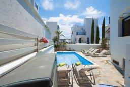 Зона отдыха у бассейна. Кипр, Пернера : Шикарная вилла в 50 метрах от пляжа, с 5-ю спальнями, с бассейном, lounge-зоной и солнечной террасой на крыше