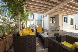 Терраса. Кипр, Пернера : Шикарная вилла в 50 метрах от пляжа, с 5-ю спальнями, с бассейном, lounge-зоной и солнечной террасой на крыше