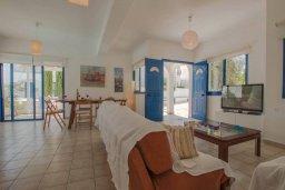 Гостиная. Кипр, Пернера : Шикарная вилла в 50 метрах от пляжа, с 5-ю спальнями, с бассейном, lounge-зоной и солнечной террасой на крыше
