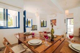 Обеденная зона. Кипр, Пернера : Шикарная вилла в 50 метрах от пляжа, с 5-ю спальнями, с бассейном, lounge-зоной и солнечной террасой на крыше